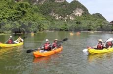 Lanza provincia vietnamita de Ninh Binh servicios turísticos de kayak en Trang An