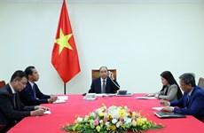 Premieres de Vietnam y Francia intercambian medidas antipandémicas