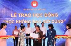 Entregan en Vietnam becas a 144 personas destacadas