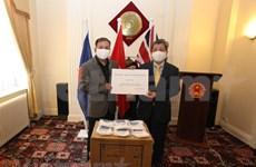 Entregan miles de mascarillas antibacterianas a vietnamitas residentes en el Reino Unido