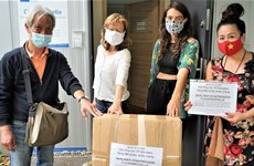 Donan mujeres vietnamitas mascarillas a organizaciones humanitarias en Alemania