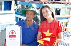 Entregan más de mil banderas nacionales a pescadores en la isla de Phu Quoc