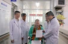 Paciente británico con COVID-19 recibe alta médica después de tres meses tratado en Vietnam