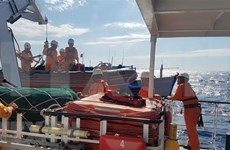 Rescatan a seis marineros vietnamitas accidentados en el mar