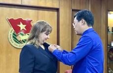 Vietnam otorga a diplomática cubana sello conmemorativo 'Por las generaciones juveniles'