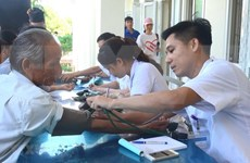 Asistencia médica a familias con políticas sociales en ciudad centrovietnamita