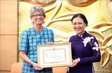 """Entregan medalla """"Por la paz y amistad entre los dos pueblos"""" a la embajadora de España en Vietnam"""