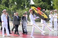 Dirigentes de Vietnam rinden homenaje a héroes y mártires