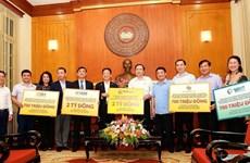 Empresas vietnamitas aportan asistencia financiera a la lucha contra el COVID -19