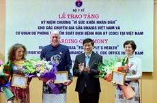 Vietnam entrega medalla conmemorativa a especialistas extranjeros con destacados aportes a la salud