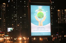 Contenedores de basura brillan en Hanoi por la noche