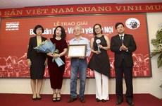 """Periódico de la VNA entrega premio """"Bui Xuan Phai- Por el amor a Hanoi"""""""