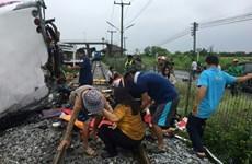Al menos 17 muertos en colisión de tren y autobús en Tailandia