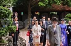 Cónyuge del premier japonés visita sitios de interés en Vietnam