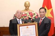 Vietnam otorga Orden de Amistad al asesor especial del primer ministro japonés