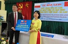 Embajada de Polonia entrega computadoras a una escuela en Hanoi