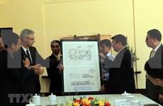 Embajador francés en Vietnam entrega copia del diseño del Palacio del Rey Bao Dai