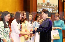 Presidenta del Parlamento de Vietnam recibe a destacados pedagogos
