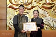 Condecoran a embajador indonesio con medalla de amistad de Vietnam