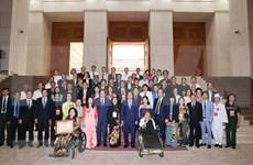 Recibe premier de Vietnam a personas con destacadas contribuciones a la comunidad