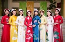 Fiesta de túnica tradicional vietnamita Ao dai en Hanoi