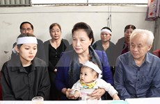 Presidenta del Parlamento visita a familias de soldados fallecidos en incidente en centro de Vietnam