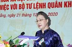 Presidenta del Parlamento de Vietnam visita Comando de quinta zona militar