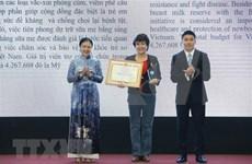 Entregan certificados de méritos a organizaciones no gubernamentales extranjeras en Vietnam