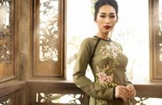 Honran belleza de Ao dai vietnamita en provincia de Quang Ninh
