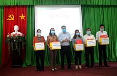 Provincia vietnamita entrega mascarillas a alumnos pobres
