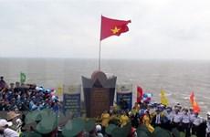 Saludo a la bandera nacional y recepción a los primeros turistas de 2021 en extremo oriental de Vietnam