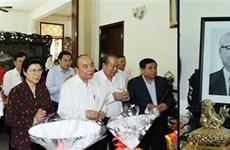 Primer ministro de Vietnam rinde tributo a extintos dirigentes del Partido y Estado