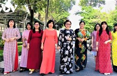 Mujeres de Ciudad Ho Chi Minh presumen túnica tradicional en oficinas de trabajo