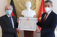 Entregan Medalla de la Amistad a un alemán aficionado al café vietnamita