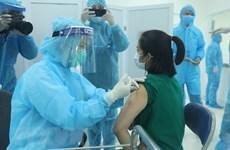 Aplican primeras inyecciones de vacunas contra el COVID-19 en Vietnam