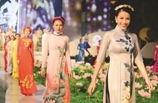 Honran belleza de Ao Dai, traje tradicional de mujeres vietnamitas