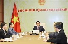 Nuevo presidente del Parlamento vietnamita dialoga con su homólogo de Laos