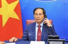 Canciller de Vietnam sostiene conversaciones telefónicas con sus homólogos de Singapur e India