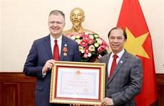 Embajador estadounidense en Vietnam recibe Orden de Amistad por sus contribuciones a lazos bilaterales