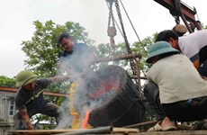 Celebran rito de fundición de tambores de bronce en saludo a elecciones parlamentarias en Vietnam