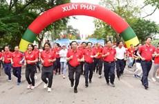 Miles de personas participan en Carrera Olímpica por la salud pública en Hanoi