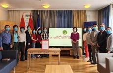 Vietnamitas en Suiza realizan donativos para lucha contra COVID-19