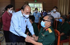 Presidente vietnamita visita a personas con méritos revolucionarios
