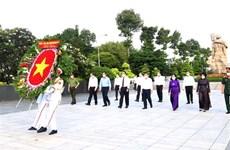 Dirigentes de Ciudad Ho Chi Minh rinden homenaje a los mártires nacionales