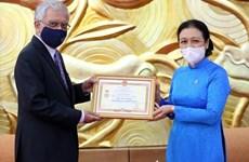 Confieren medalla conmemorativa a coordinador residente de la ONU en Vietnam