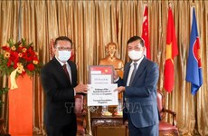 Fundación singapurense dona equipos de protección médica a lucha contra el COVID-19 en Vietnam