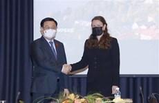 Presidente del Parlamento de Vietnam se reúne con alcaldesa de ciudad finlandesa