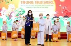 Vicepresidenta vietnamita entrega regalos en área  de pediatría por Fiesta del Medio Otoño