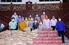 Monjes y creyentes budistas vietnamitas en Laos ayudan a residentes locales en lucha contra el COVID-19