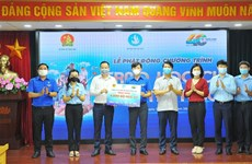 Obsequian herramientas de aprendizaje y becas para alumnos desfavorecidos en Vietnam